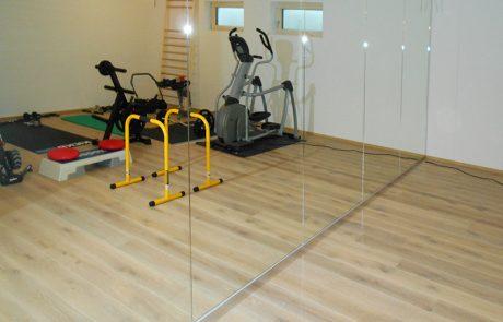 Spiegelwand im Fitnessraum von der Glaserei Kovacs