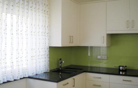 Küchenrückwand aus Farbglas von der Glaserei Kovacs